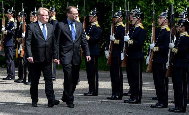 Ruotsin puolustusministeri Peter Hultqvist (vas.) kesäkuun alussa Tukholmassa.