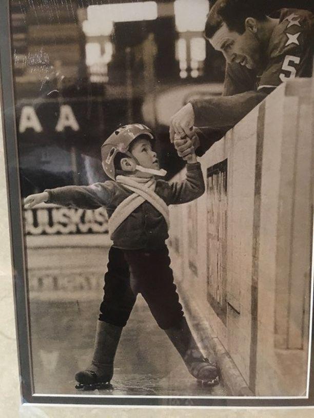 Chris Brewer oli kolmevuotias, kun isä Carl Brewer opetti hänet luistelemaan Helsingin jäähallissa.
