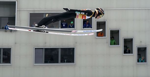 Tuomarit saavat nähtäväkseen nopeasti valmiin lentoasennon, kun Ryoyu Kobayashi hyppää.