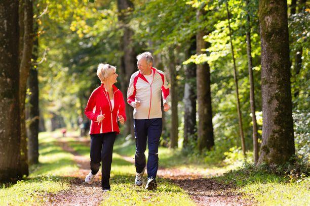 Maastossa lenkkeily on oiva tapa kehittää tasapainoa. Ikääntymisen lisäksi tasapainoon vaikuttavat muutkin elämänkaareen liittyvät asiat. Erilaiset sairaudet, lihominen ja vähäinen fyysinen aktiivisuus voivat heikentää sitä.