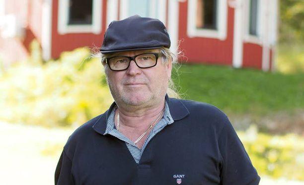 - Miehet ahdistivat minut vessan nurkkaan, ja toinen heistä alkoi piestä silmittömästi pampulla, Aimo Hassinen kertoi aiemmin Iltalehdelle.