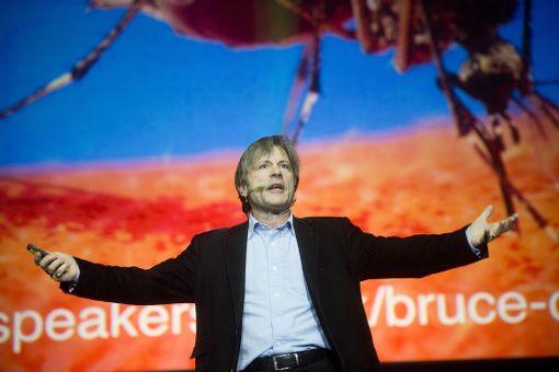 Laulamisen ja lentämisen lisäksi Bruce Dickinson on myös luennoitsija.
