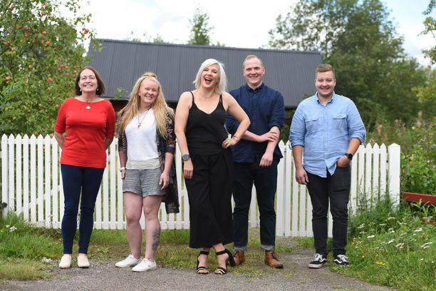 Osallistujat vasemmalta oikealle: Heidi, Miia, juontaja Vappu Pimiä, Jouni, Aleksi.