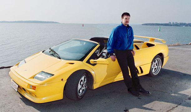 Jaakko Rytsölä esitteli uutta Lamborghiniaan Helsingin Kaivopuistossa keväällä 2000.