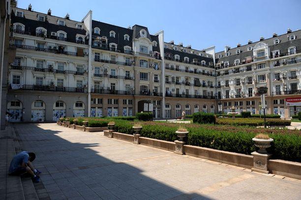 Pariisilaistalojen jäljitelmiin on ollut vaikea saada asukkaita. Myös liiketilat ovat pääasiassa tyhjillään.