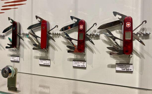 Myymälän valikoimissa on kymmeniä malleja kuuluisasta punaisesta linkkuveitsestä.