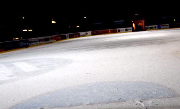 Keski-ikäinen mies sai sairaskohtauksen kesken työpaikan jääkiekko-ottelun. Kuva ei liity tapaukseen.