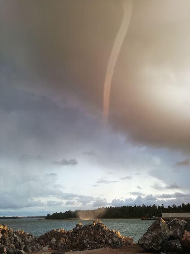Tällainen trombi oli perjantaiaamuna Rauman satamassa.