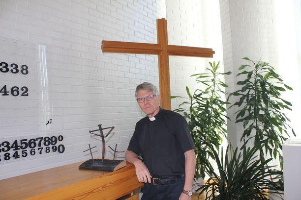 Kirkkoherra Timo Määtän oli tarkoitus jäädä eläkkeelle viime helmikuussa. Vuodesta 1996 kirkkoherran virassa ollut Määttä lupautui kirkkopalon vuoksi jatkamaan virassa, kunnes kirkon suunnitelmat saadaan vietyä pidemmälle.