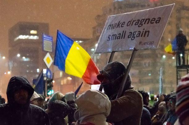 Mielenosoittajat olivat kerääntyneet hallitusrakennusten eteen.