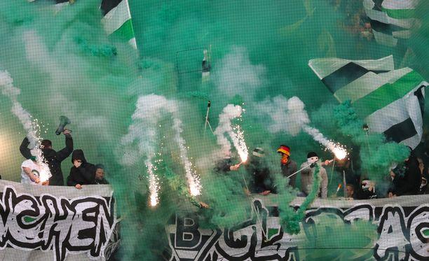 Borussia Mönchengladbachin kannattajat auttoivat epäillyn raiskaajan kiinniotossa. Kuvan fanit eivät liity tapaukseen.