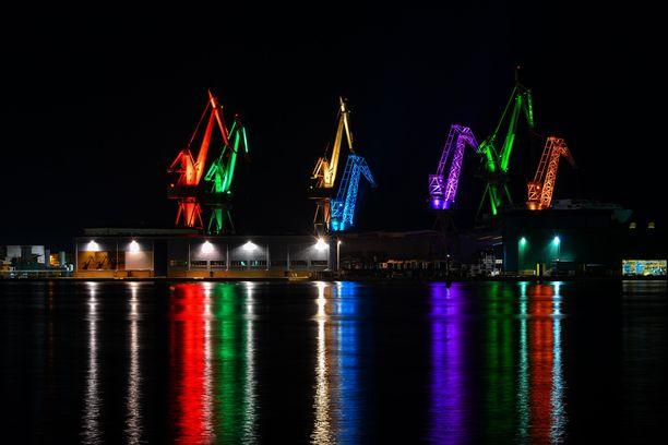 Pulan telakka-alueella nähdään iltaisin näyttävä valoshow.
