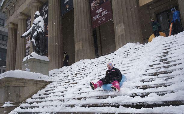 Ihmiset ovat hyödyntäneet Federal Hallin portaita pulkkamäkenä.