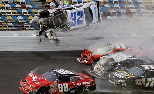 Kyle Larsonin auto lensi hurjan näköisesti.
