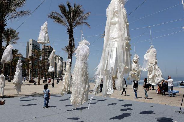 Beirutissa osoitettiin mieltä raiskaajia suojelevaa lakia vastaan ripustamalla hääpukuja rantabulevardille.