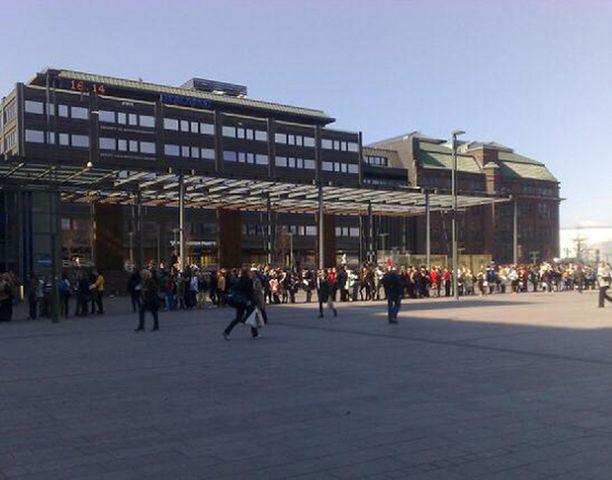 Kampin Narinkkatorille Helsinkiin kerääntyi massiivinen määrä ihmisiä jonottamaan ilmaista jäätelöä.