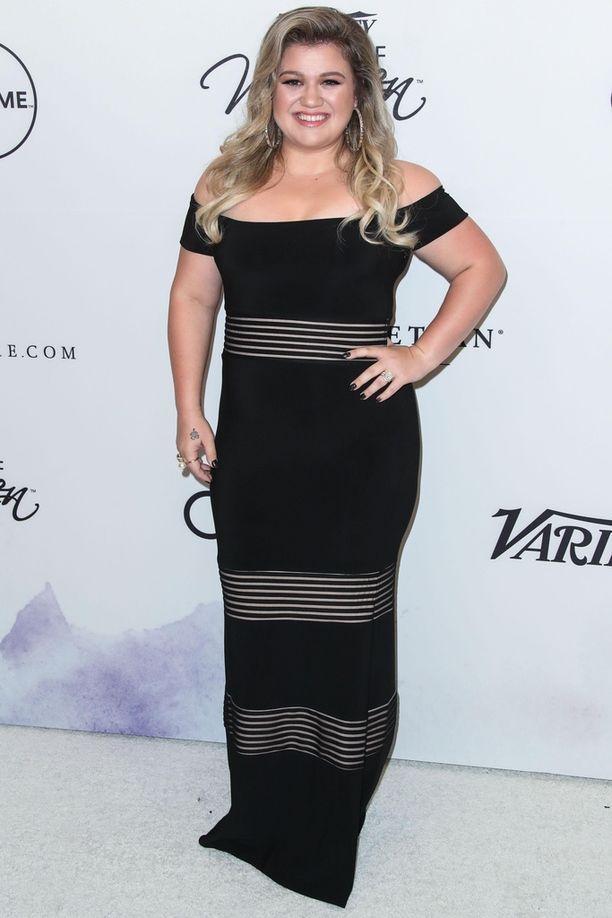 Kelly Clarksonin painonpudotus näkyy jo vuoden 2017 kuvassa.