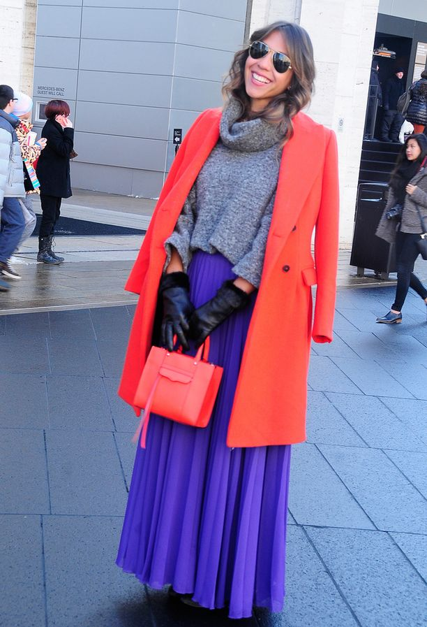 Kirkkaita värejä ja hameita voi käyttää talvellakin. Katumuotia New Yorkista.