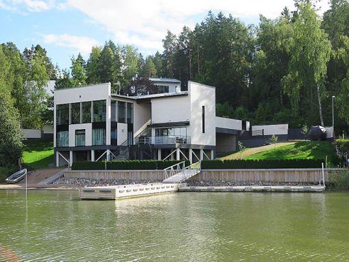 Tämä omakotitalo Turun Hirvensalossa sijaitsee aivan meren rannassa. Talossa on 304 neliötä asuinpinta-alaa ja sen pyyntihinta on 1 650 000 euroa.