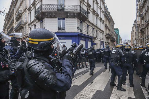 Sekä vasemmiston että oikeiston ääriliikkeet ovat kaapanneet alunperin rauhallisina alkaneet keltaliivien mielenosoitukset.