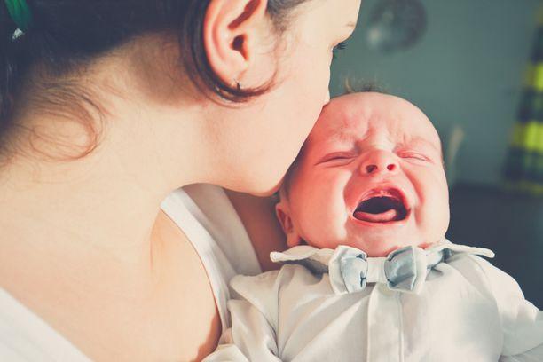 – Kukaan ei halua tahallaan itkettää lastaan, yksi ulkomailla asuvista äideistä muistuttaa. Kuvituskuva.