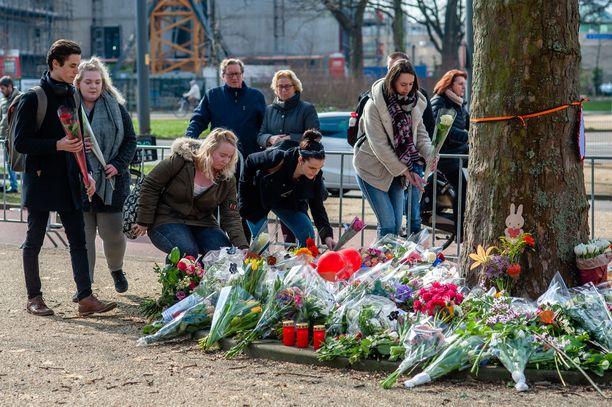 Opiskelijat toivat kukkia uhrien muistoksi ammuskelupaikan lähelle.