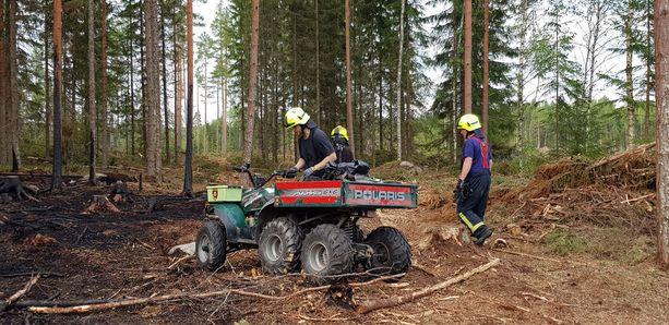 Iltalehti vieraili lauantaina Pyhärannassa seuraamassa laajan metsäpalon sammutustöitä.