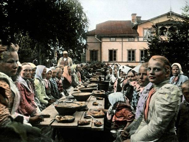 Tämä naisjoukko nauttii hyvin ansaittua ateriaa, sillä heillä on ollut talkoot.