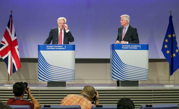 Britannian neuvottelija David Davis (vasemmalla) ja EU:n neuvottelija Michel Barnier järjestivät maanantaina tiedotustilaisuuden brexitistä.