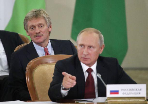 Kremlin tiedottaja Dmitri Peskov (takana) joutui presidentti Putinin höykytykseen tv-haastattelun yhteydessä. Arkistokuva.