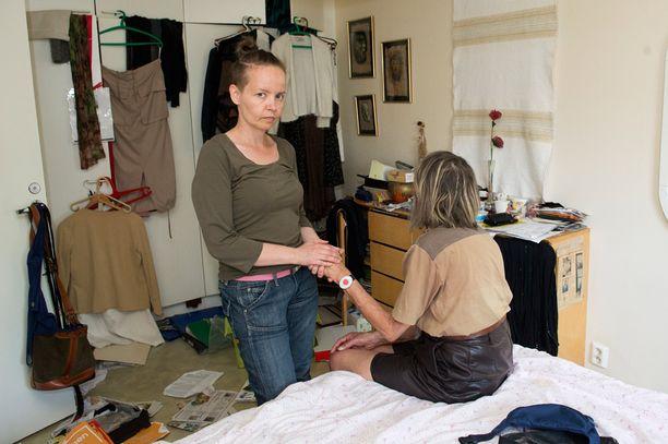 Pahoinpitelyn seurauksena syntynyt aivovamma vaikeuttaa äidin elämää monin tavoin.