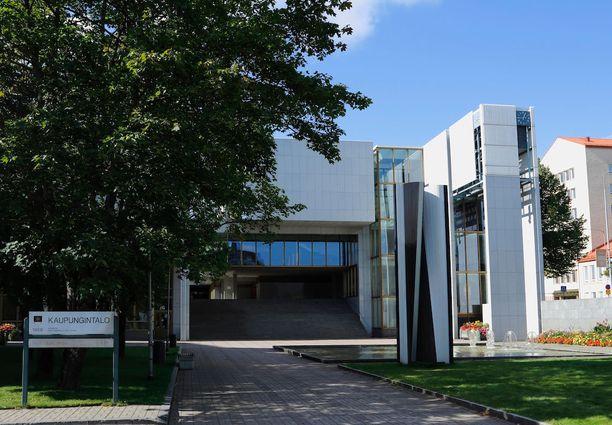 Kaupungintalon edustalla on Raimo Utriaisen suunnittelema veistos Polvesta polveen.