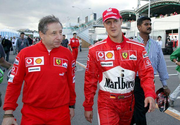 Michael Schumacher (oik.) ja tallipäällikkö Jean Todt kävelivät varikon läpi aika-ajon jälkeen lauantaina.