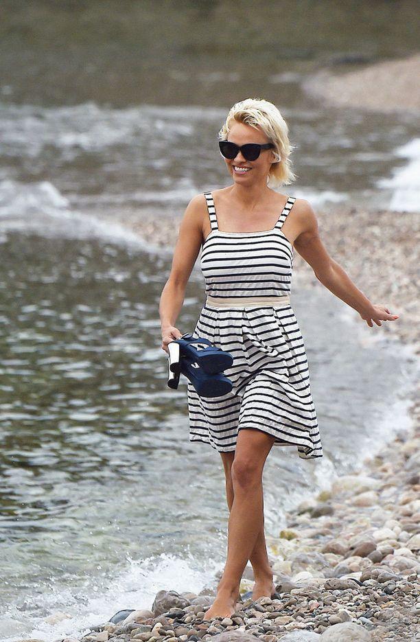 Säteilevä Pamela Anderson tanssi tiistaina rannalla Taorminassa Italiassa.