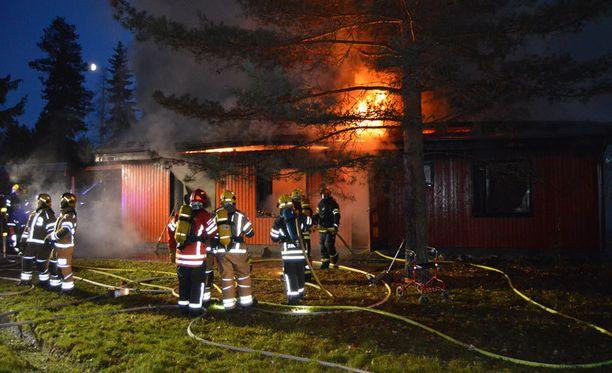 Omakotitalo vaurioitui palossa pahoin.