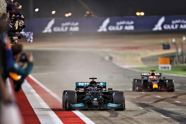 Lewis Hamilton ajoi voittoon ja jätti paalulta lähteneen Max Verstappenin toiseksi.