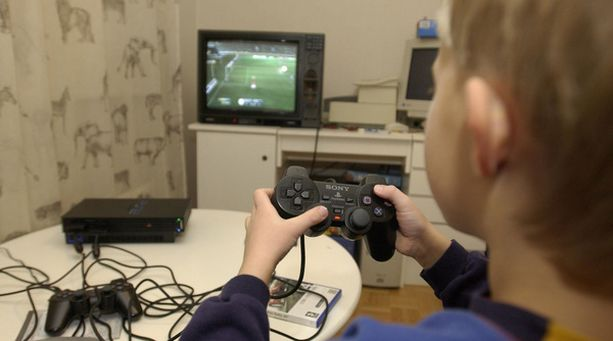Lapsen pelaaminen saattaa vaikuttaa haitallisesti muun muassa koulunkäyntiin.