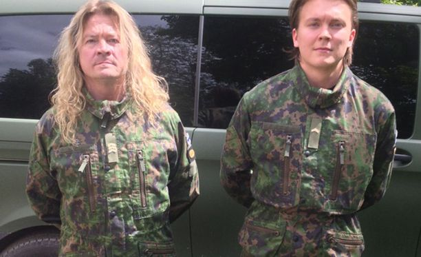 Jussi (vas.) ja Valtteri Aaltonen osallistuvat yhdessä kertausharjoituksiin. Isä-Aaltonen pyysi varusmiestä ottamaan kaksikosta kuvan Parolan panssariprikaatissa.