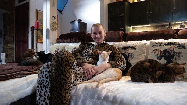 Iltaisin Ivana viettää aikaa eläintensä kanssa esimerkiksi televisiota katsellen.