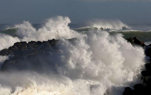 Iso aalto Atlantilla Espanjassa helmikuussa 2016.
