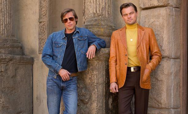 Tätä elokuvan promokuvaa muokattiin, jotta tähdet näyttäisivät nuorekkaammilta. Leonardo DiCaprio ja Brad Pitt eivät olleet tietoisia kuvanmuokkauksesta.