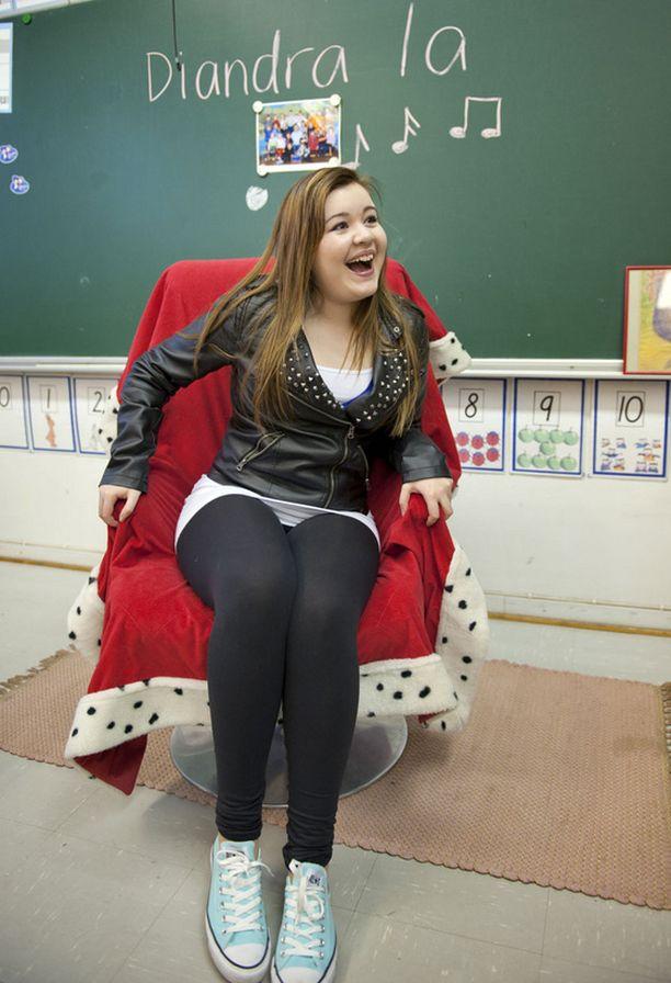 Aseman koululla Diandra istutettiin kuninkaalliselle istuimelle.