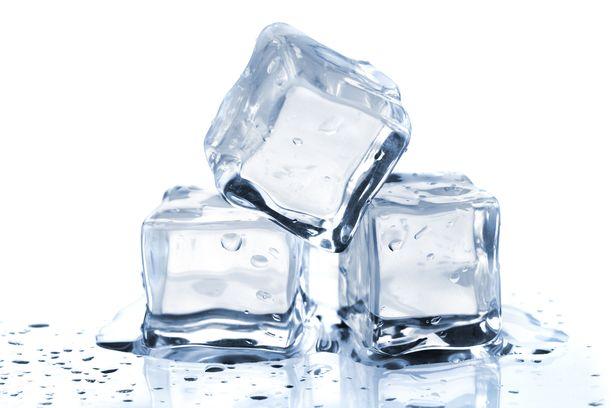 Jäiden teko onnistuu nopeasti ilman jääpalarasiaa. Booliin kannattaa jäädyttää isompi pala ajan kanssa.