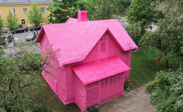 New Yorkissa asuva virkkaustaiteilija Olek päällysti viime viikolla keravalaistalon pinkillä virkkauksella.