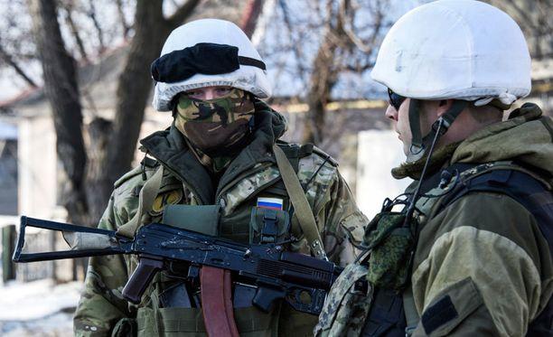 Separatistitaistelijat vartiossa viime viikolla lähellä lentokenttää.