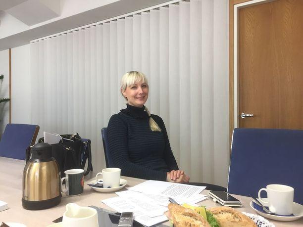 Laura Huhtasaari kertoi perussuomalaisten puoluetoimistolla vaatimuksistaan pankkikriisin tapahtumien selvittämiseksi.