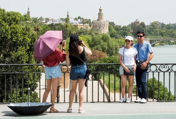 Turistit jaksoivat ottaa valokuvia Sevillan kuumuudessa.