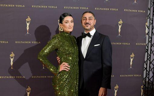 """Arman Alizad ja puoliso Senay Coco poseeraavat upeissa kuvissa – tyköistuva mekko paljastaa pyöristyneen raskausvatsan: """"Upea pari!"""""""