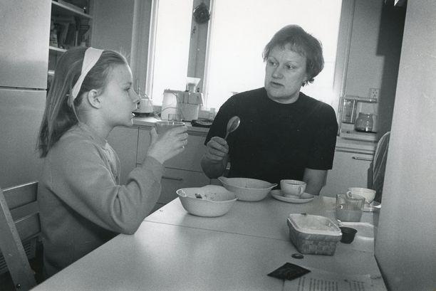 Toinen sosiaali- ja terveysministeri Tarja Halonen kuvattuna Anna-tyttären kanssa lokakuussa 1988.