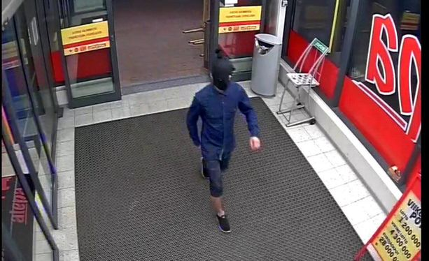 Poliisi toivoo vihjeitä tästä naamioituneesta epäillystä ryöstäjästä.